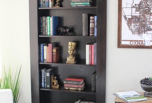 Открытый книжный шкаф в нише