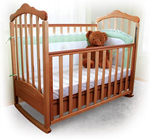 Детская кроватка с регулировкой высоты заграждения