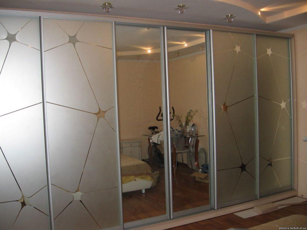 шкаф с зеркальным фасадом